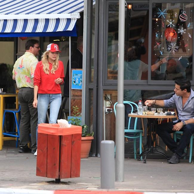 """""""הלכתי לקרוא למלצרית"""" (צילום: מוטי לבטון)"""