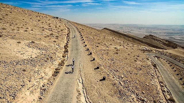 מטפסים במעלה העקרבים (צילום: רון פלד) (צילום: רון פלד)