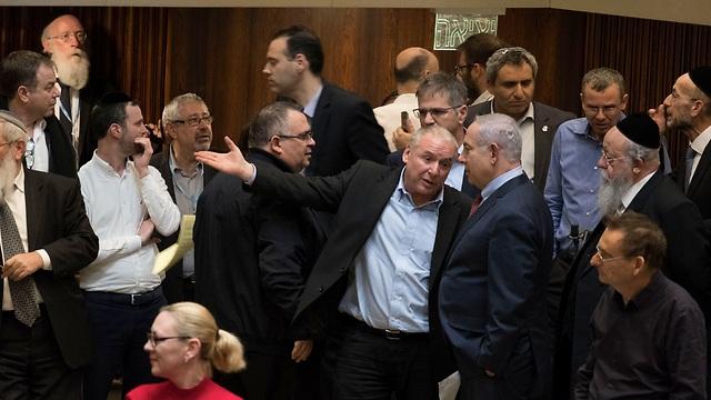 התייעצות בקואליציה בשולי הדיון הלילי במליאת הכנסת (צילום: יואב דודקביץ') (צילום: יואב דודקביץ')