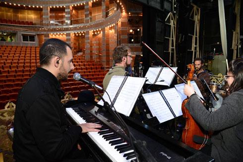"""סבג מנגן בפסנתר בתיאטרון באר שבע בשבוע שעבר. """"ההורים התרגלו"""" (צילום: הרצל יוסף)"""