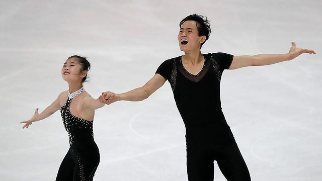 בדרך למשחקים האולימפיים בדרום. המחליקים על הקרח מצפון קוריאה ריום טה אוק וקים ג'ו סילק (צילום: AP) (צילום: AP)