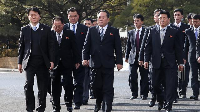 משלחת צפון קוריאה לשיחות עם הדרום (צילום: EPA) (צילום: EPA)