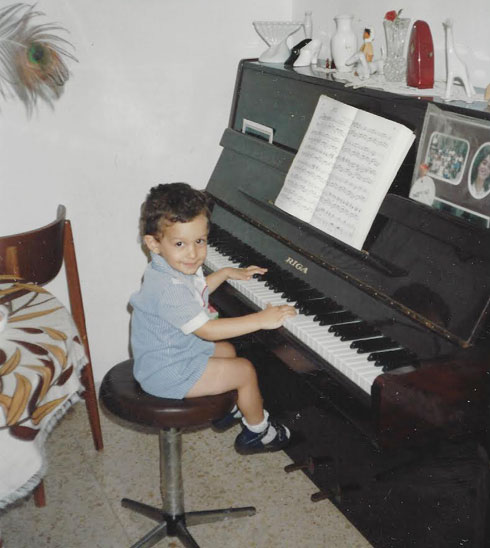 """סבג מנגן בפסנתר בילדותו. """"אני טיפוס הרפתקן שאוהב לנסות ולהעז"""" (צילום: אלבום פרטי)"""