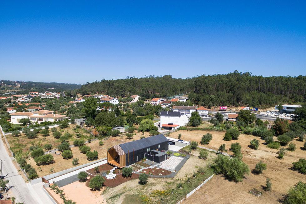 הבית נמצא בפינתו של מגרש גדול בעיירה קטנה במחוז אורם, במרכז פורטוגל. כל שאר השטח משוחרר לטובת גינה רחבת ידיים (צילום: Joao Morgado)