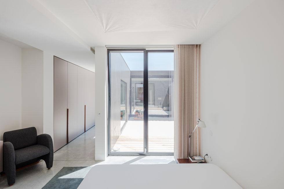 אך הוא מואר היטב בזכות חצר פנימית שהוא מקיף. מסדרון של ארונות מוביל מחדר השינה לאזור הרחצה (צילום: Joao Morgado)