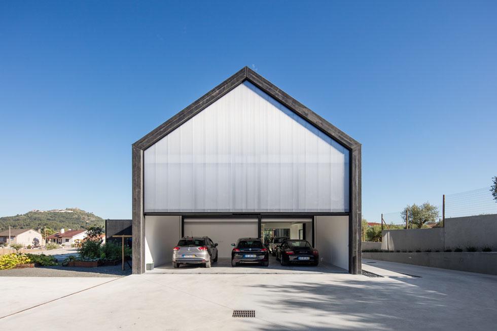 החניה המקורה באחורי הבית יכולה להכיל ארבע מכוניות (צילום: Joao Morgado)