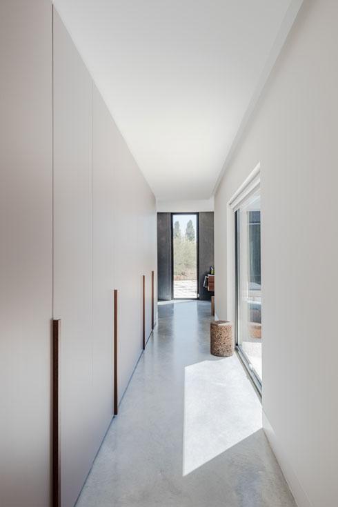 מסדרון ארונות מחבר בין חדר ההורים לחדר הרחצה שלהם (צילום: Joao Morgado)