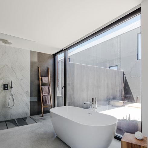 שבו מקלחת מרווחת ואמבטיה עומדת (צילום: Joao Morgado)