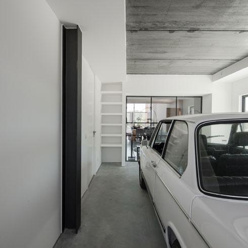 מבט מהחניה באחורי הבית אל חדר המוזיקה/מבואה (צילום: Joao Morgado)