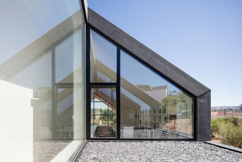 בזכות מעין פטיו עליון, המוקף קירות זכוכית (צילום: Joao Morgado)