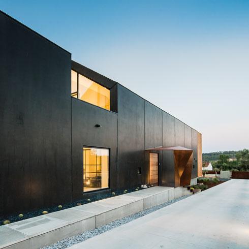 הבית עטוף בשחור, כולל מסגרות החלונות (צילום: Joao Morgado)