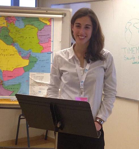 """יובל גנות בכיתה בה היא מלמדת במסגרת שליחותה בקליבלנד, ארה""""ב"""