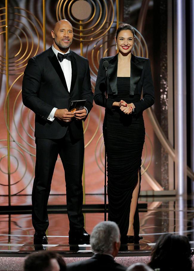 גל גדות ודווין ג'ונסון מעניקים פרס בטקס גלובוס הזהב (צילום: APA)