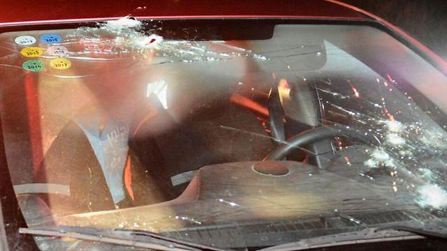 מכוניתו של הרב שבח, זמן קצר אחרי הפיגוע (צילום: מאיר לביא/TPS) (צילום: מאיר לביא/TPS)