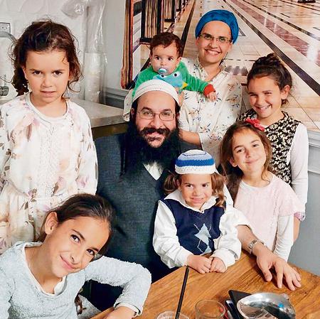 6 ילדים בלי אבא. רזיאל שבח עם אשתו וילדיהם