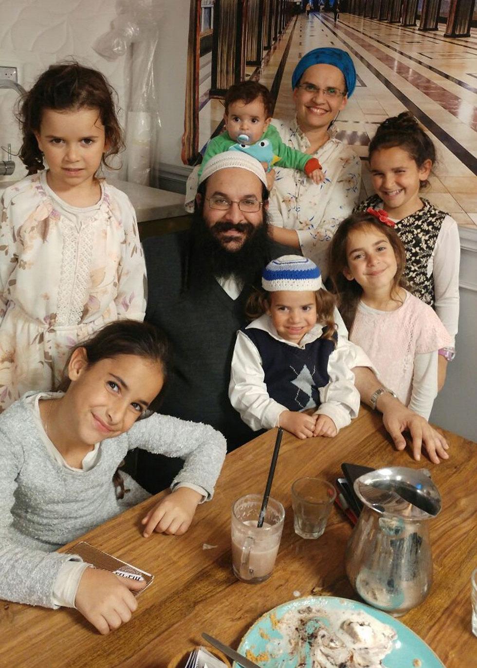 הרב שבח עם רעייתו וששת ילדיהם