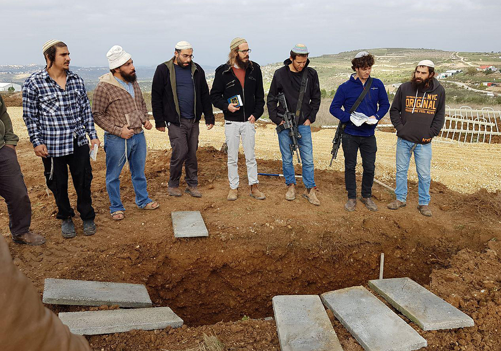חבריו של הרב שבח בחלקת הקבר הראשון בחוות גלעד  (צילום: אלי מנדלבאום) (צילום: אלי מנדלבאום)