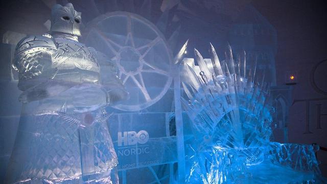 "כס הברזל ולידו ""ההר"" (צילום: Lapland Hotels SnowVillage) (צילום: Lapland Hotels SnowVillage)"