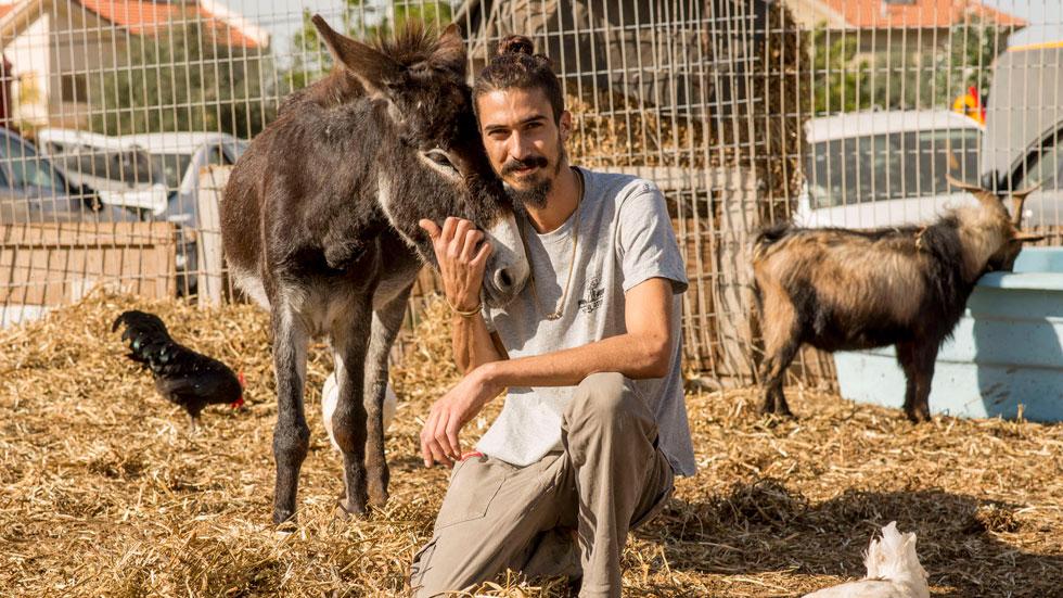 לאחר חוויה מטלטלת הפסיק לאכול בשר – וגם אימץ 200 חיות פצועות