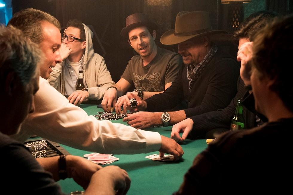 """משחקי פוקר לחברה הגבוהה. מתוך """"המשחק הגדול"""" ()"""