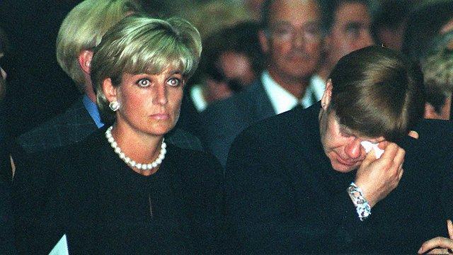 אלטון ג'ון והנסיכה דיאנה בלוויה של ג'יאני ורסצ'ה  (צילום: AP) (צילום: AP)