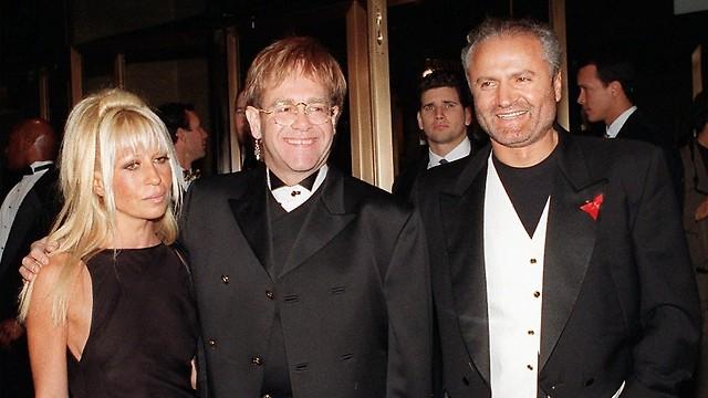 ורסצ'ה עם אלטון ג'ון ואחותו דונטלה (צילום: AP) (צילום: AP)