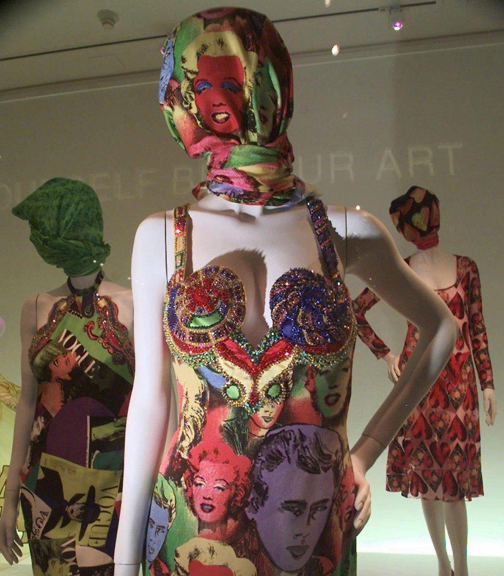 שמלות של ג'יאני ורסצ'ה בתערוכה במוזיאון המטרופוליטן בניו יורק (צילום: AP) (צילום: AP)