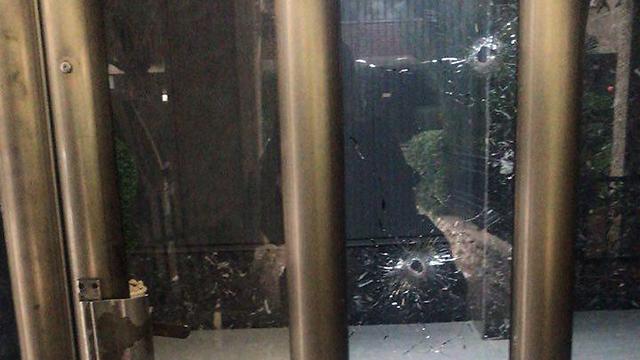 סימני הירי בבניין ברחוב אברבנאל 17 בראשון לציון ()