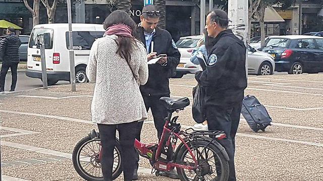 """דו""""ח שניתן לרוכבת אופניים חשמליים (צילום: מוטי קמחי) (צילום: מוטי קמחי)"""