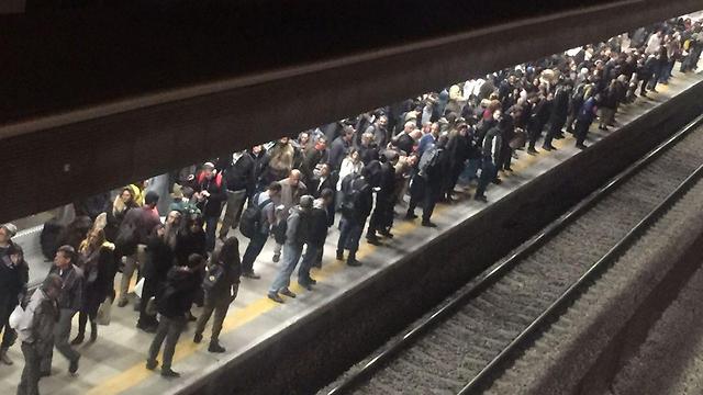 נוסעים ממתינים בנתניה (צילום: ניצן רון)