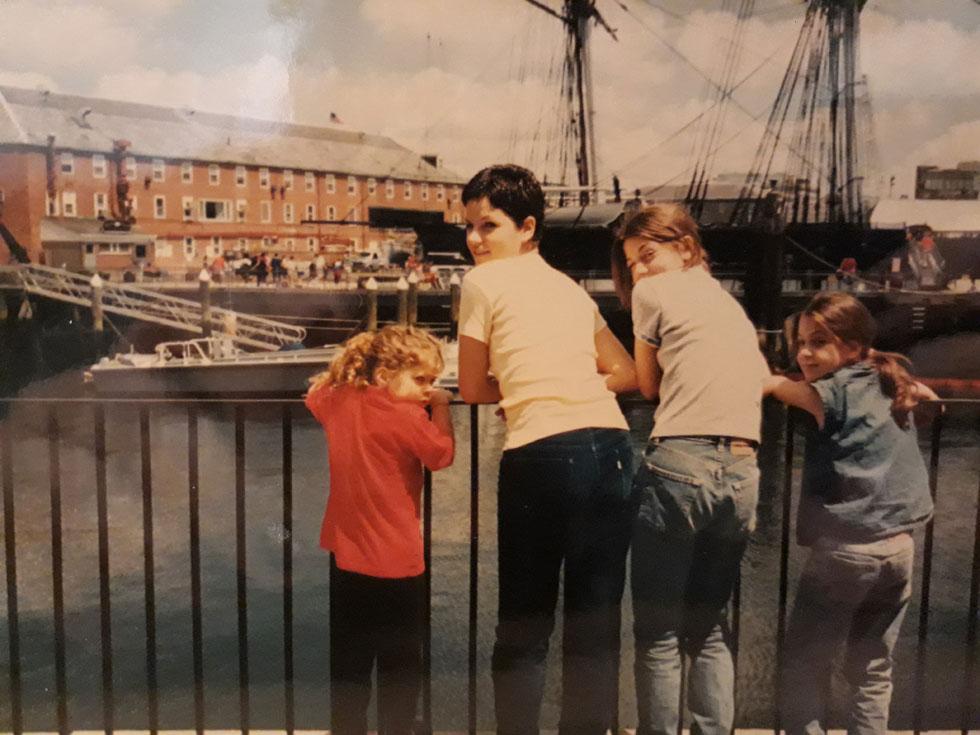 """בילדותה בבוסטון (שנייה משמאל), עם שלוש אחיותיה הקטנות. """"המעברים התכופים והחשיפה לתרבויות ולשפות שונות נתנו לי ניסיון חיים שונה"""" (צילום: אלבום פרטי)"""