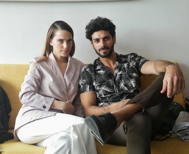 """לזה אנחנו קוראים חמישי שמח. אביב אלוש ורותם סלע בצילומי קמפיין """"קסטרו"""" (צילום: שוקה כהן)"""