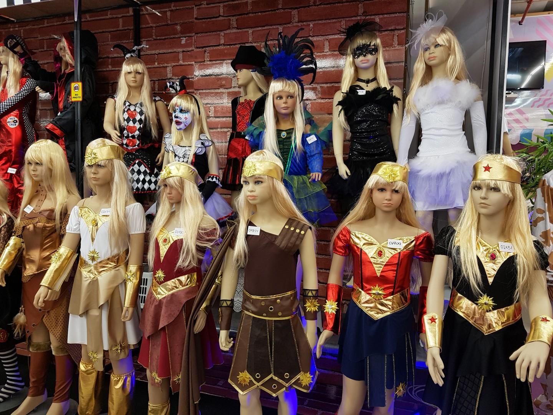 מבחר דמויות לנערות ונשים של נשים חזקות ולוחמות (צילום: רחל קדרס)