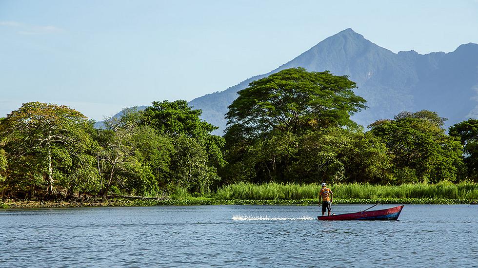 דייג באגם ניקרגואה על רקע הרי הגעש (צילום: depositphotos) (צילום: depositphotos)
