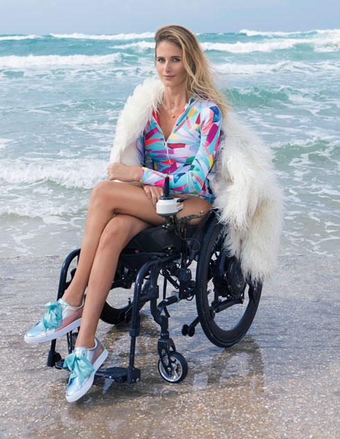 """""""אני בת מזל. נכון, אני על כיסא, אבל יש לי את הכיסא הכי טוב, יש לי משפחה מדהימה, יש לי את התקווה לקום מהכיסא, יש לי חברות. הבנתי שלא צריך הרבה כדי להיות מאושר"""" (צילום: עדי אורני, סגנון: קרן נפתלי)"""