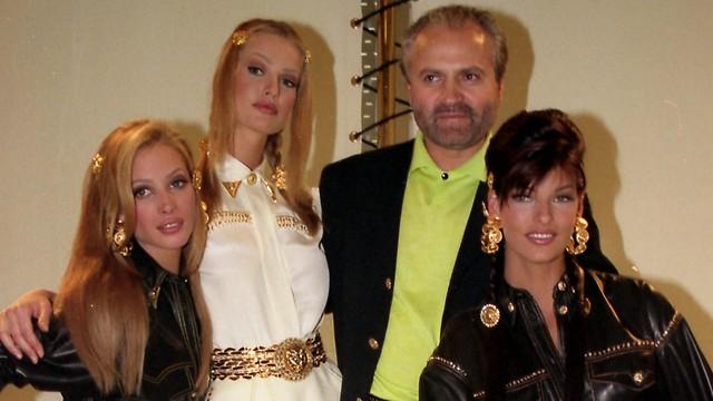 ג'יאני ורסצ'ה עם דוגמניות העל של התקופה לבושות בבגדיו (איי פי) (איי פי)