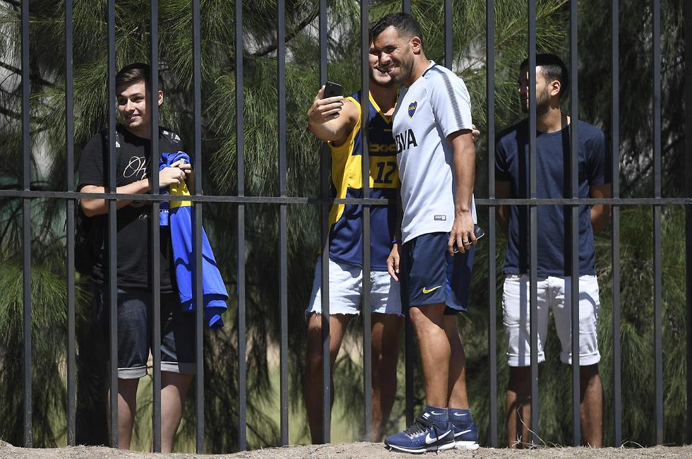 קרלוס טבס מצטלם עם אוהד בוקה (צילום: AFP)