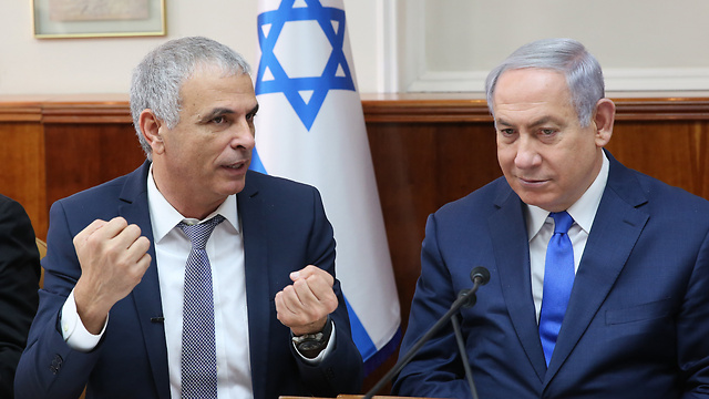 Finance Minister Kahlon (L) and PM Netanyahu presented the state's 2019 budget (Photo: Alex Kolomoisky)