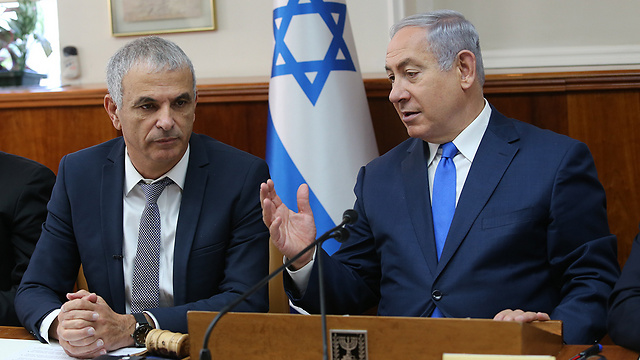 Treasury Minister Kahlon (L) and PM Netanyahu clashed on the breadth of the override power (Photo: Alex Kolomoisky)