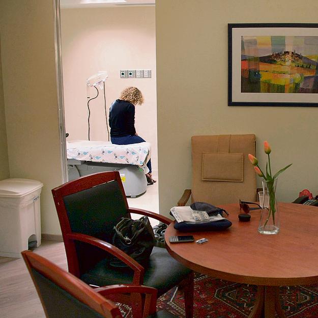 """חדר אקוטי לטיפול בנפגעות בבית חולים וולפסון. """"עבדתי שנתיים כדי שייפתח חדר בלניאדו. ביום שסגרו אותו בגלל חוסר תקציב, בכיתי באמבטיה"""""""
