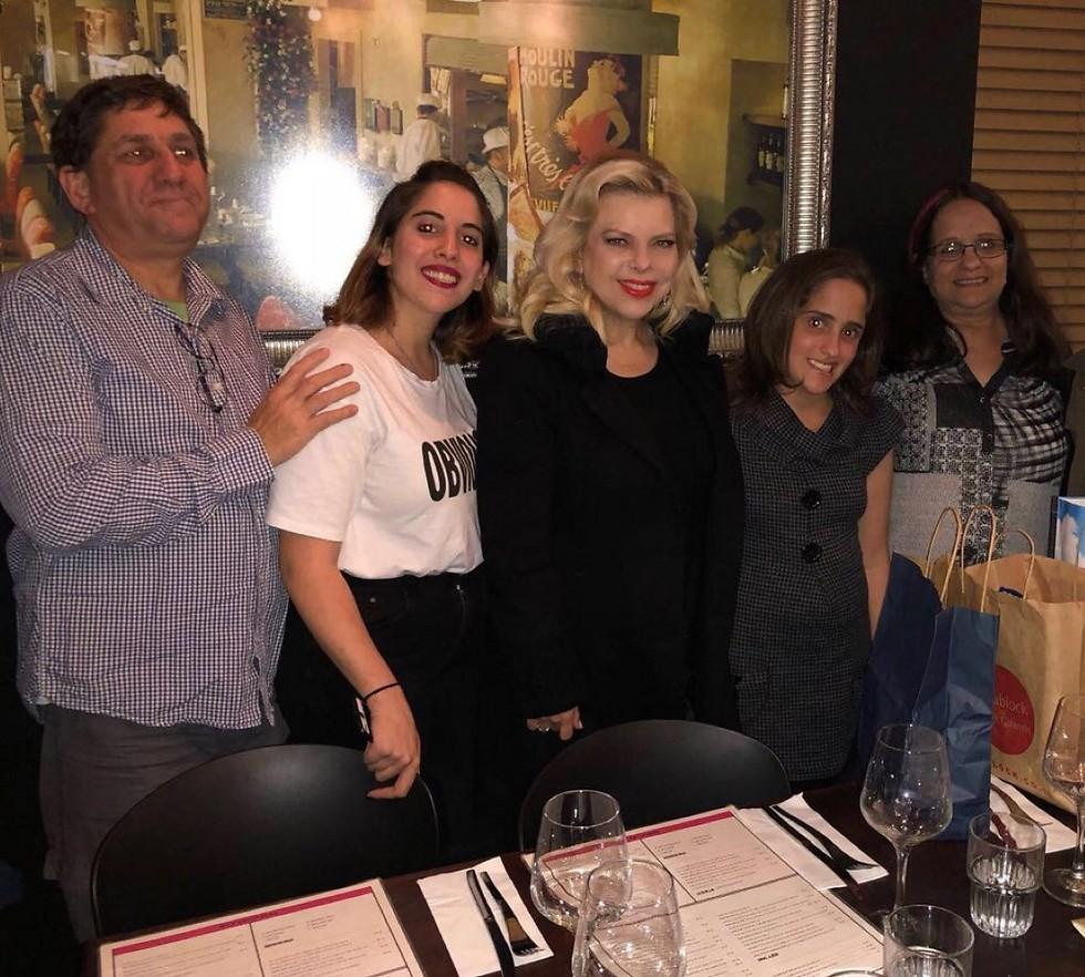 בני משפחת ליפסקר, מיקה ושרה נתניהו במסעדה ( ) ( )
