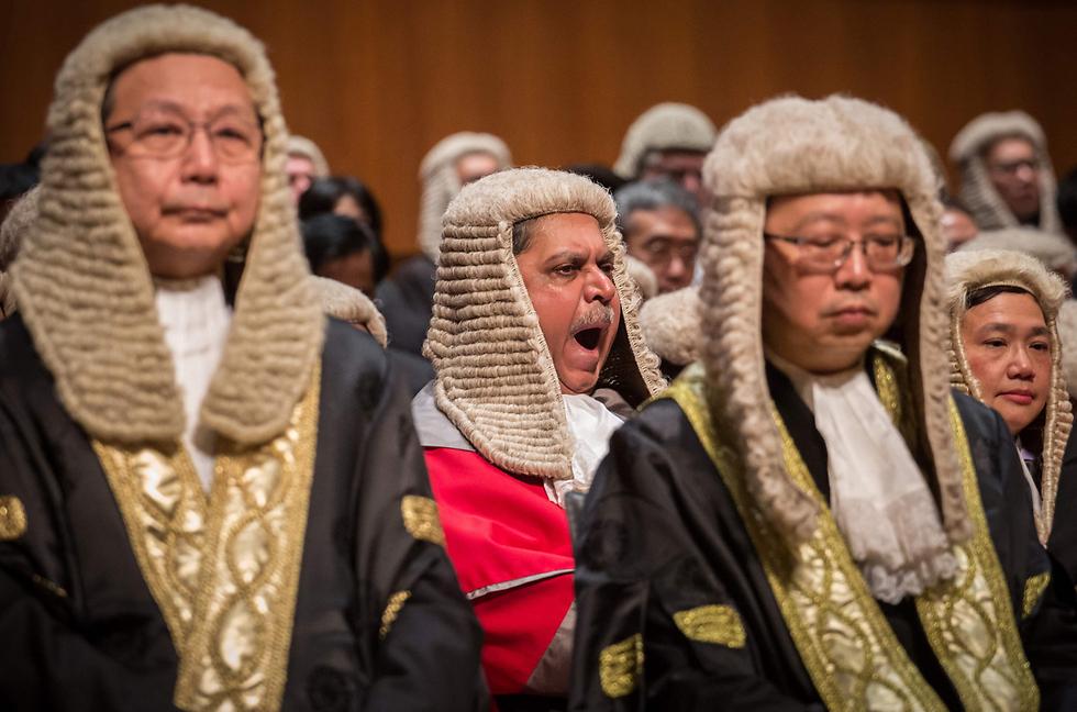 שופט מפהק במהלך טקס לציון פתיחת השנה המשפטית בהונג קונג (צילום: AFP)
