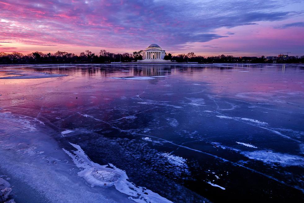 אנדרטת ג'פרסון בוושינגטון על גדת אגן הגיאות שקפא בחלקו (צילום: AP)