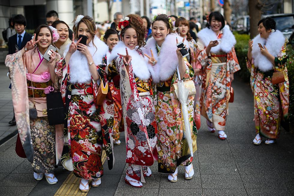 צעירות יפניות לבושות קימונו חוגגות בעיר יוקוהמה את חג ההתבגרות - יום שבו חוגגים המתבגרים ביפן, אלא שחגגו יום הולדת 20 בשנה החולפת, את העצמאות שלהם (צילום: gettyimages)