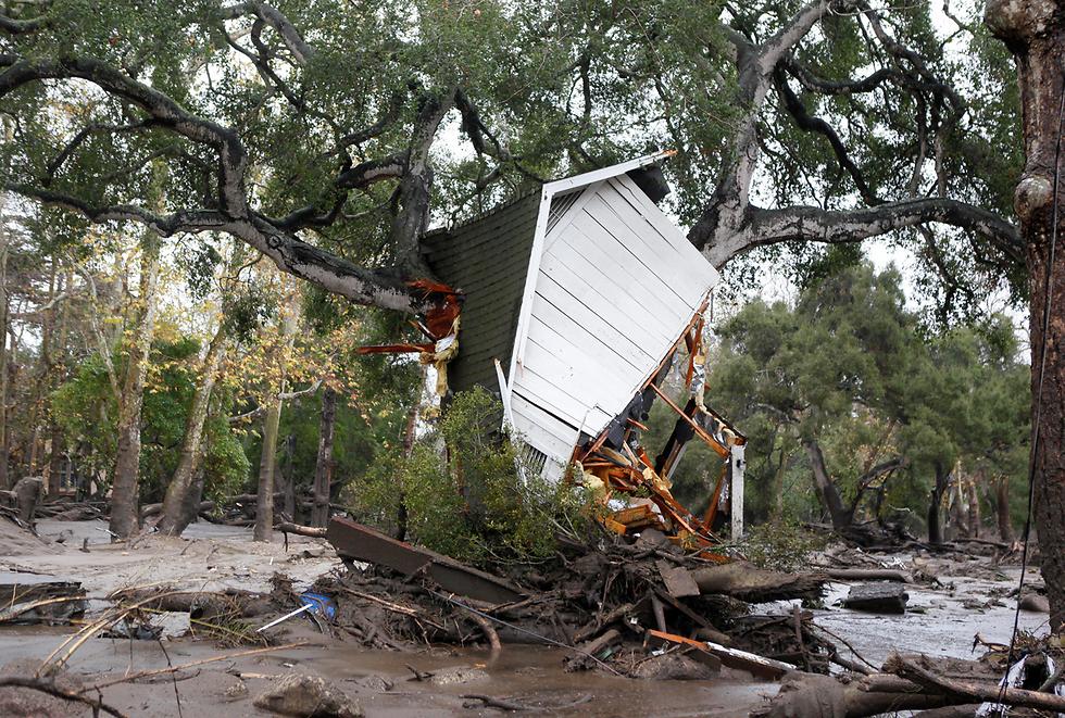 בית עץ שנסחף במפולת בוץ בקליפורניה (צילום: AP)