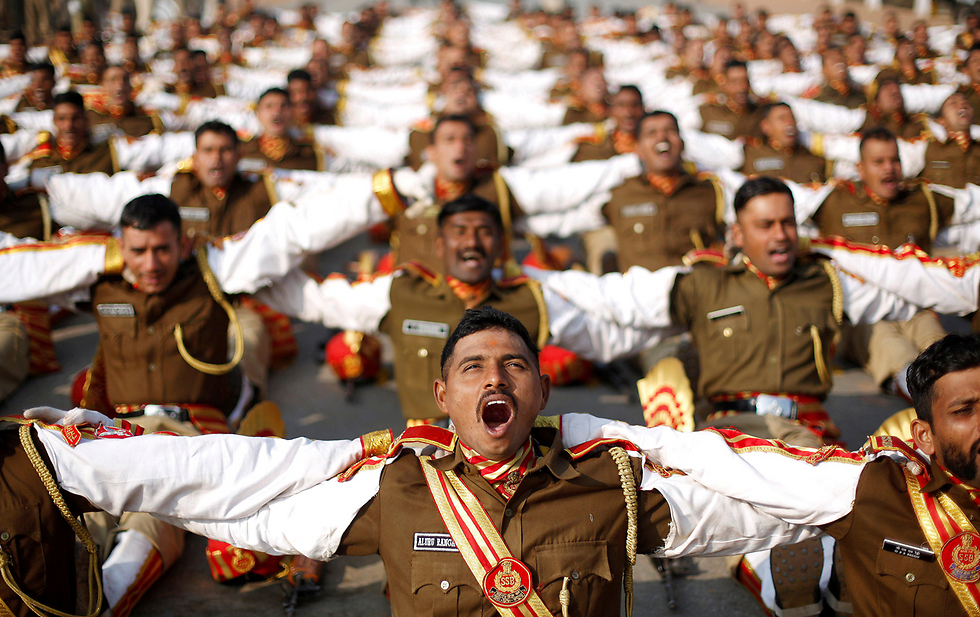 חיילים משתתפים בשיעור יוגה צחוק במהלך החזרה הגנרלית למצעד יום הרפובליקה ההודי, ניו דלהי (צילום: רויטרס)