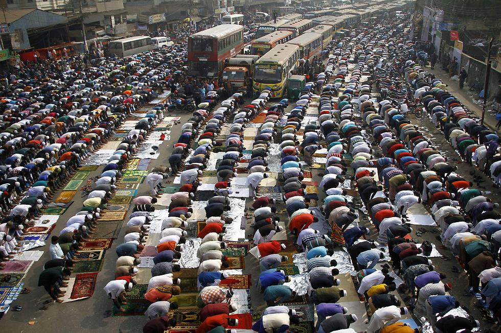 מאמינים מוסלמים בתפילת יום השישי בטונג'י, בנגלדש (צילום: AFP)