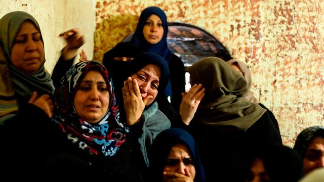קרוביו של הפלסטיני שנורה למוות בידי חיל הים המצרי (צילום: AFP)