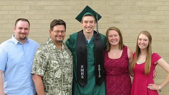 בטקס הסיום בתיכון עם אחיו, אביו ואחיותיו (מתוך פייסבוק) (מתוך פייסבוק)