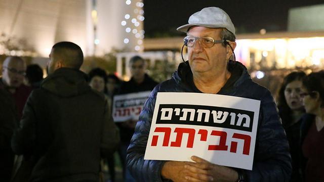 בהפגנה בתל אביב במחאה נגד השחיתות  (צילום: ירון ברנר) (צילום: ירון ברנר)